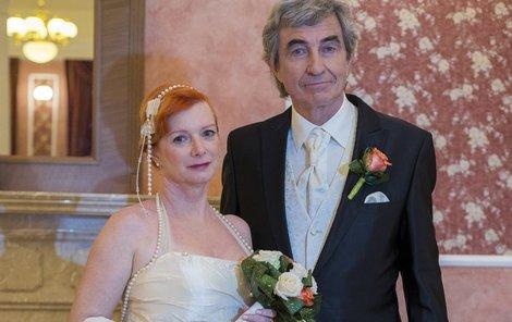 Šťastným ženichem je Jiří Štědroň alias Albert Hess. I když tentokrát jsou svatební šaty více tradiční, Štěpánová si stála za svým – nesměly být bílé.