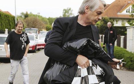 Do Ivetina domu se Rychtář už nevrátí. Zabydlel se v Říčanech, kde venčí svého psa.