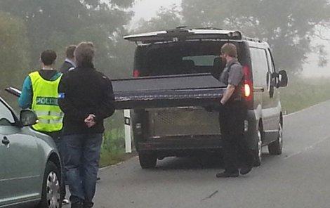Pod autem zůstal ležet řidič...