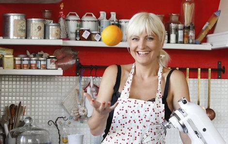 Bára Nesvadbová má kuchyni v britském stylu. Červeno-modro-bílou.
