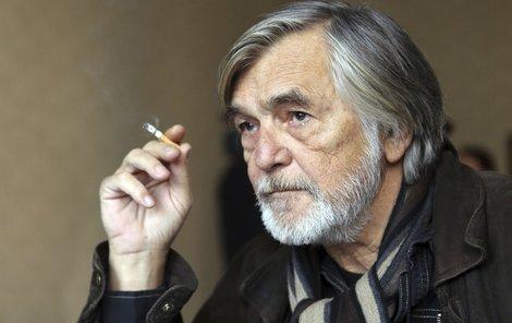 Jiří Bartoška kouří prakticky neustále. Nyní má zdravotní potíže.