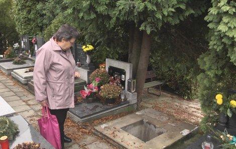 Jaroslava Soldánová ukazuje, co zbylo z jejich hrobu.