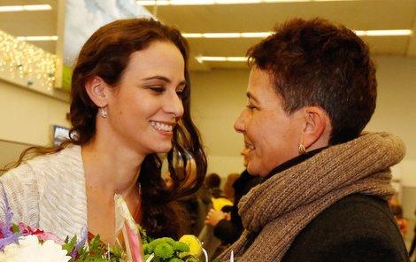 Na letišti čekalo na modelku překvapení ve formě maminky Vlasty.