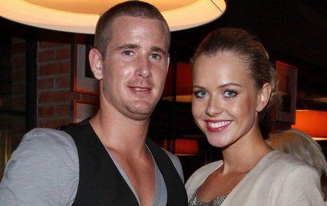 Hokejista Roman Červenka a Miss Veronika Machová se zasnoubili.