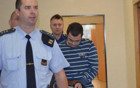 Michal Č. se včera u soudu snažil skrývat tvář. Rozhodnutí o prodloužení vazby přijal. Soud s ním začne 22. ledna.