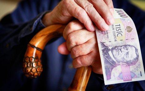 Víte, že chudých a bohatých je mezi starými lidmi zhruba stejně? 10 % seniorů bralo v roce 2015 14 379 Kč a víc, stejná část lidí dostávala 8 500 Kč a méně.