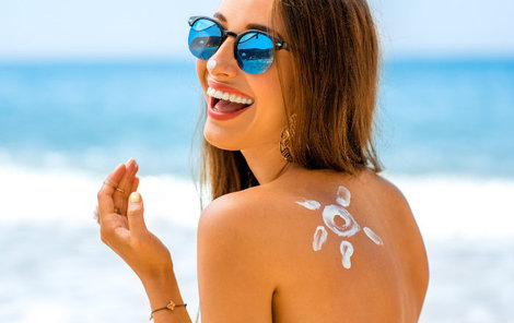 Když budete o pleť dobře pečovat, letní opálení vám vydrží dlouho.