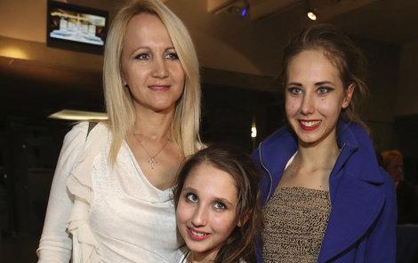 Šárka Grossová s dcerami Denisou a Natálkou.