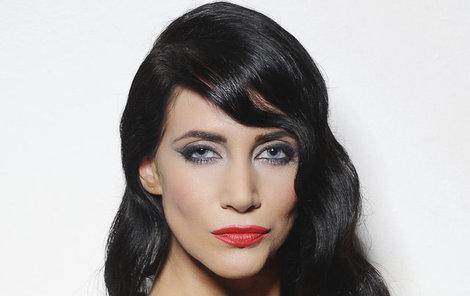 Na proklatě hluboký výstřih tentokrát vsadila manželka herce Jiřího Pomeje (52) Andrea (29) a neprohloupila.