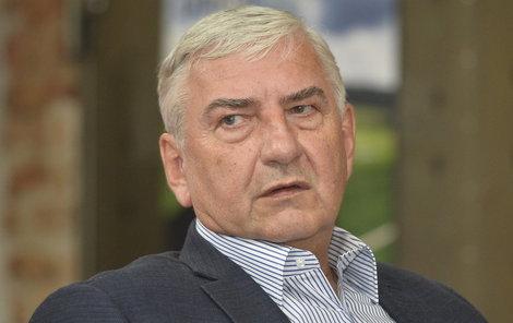 Operaci kolene Miroslav Donutil stále odkládá.