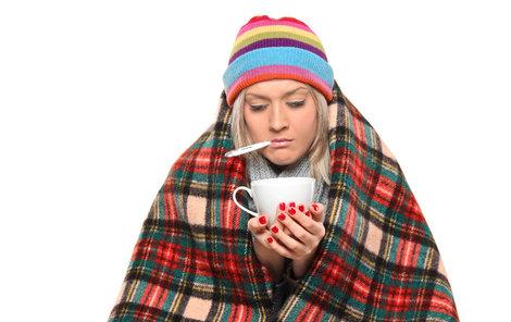 Plný nos, rýma, zimnice, bolest hlavy, škrábání v krku a žaludek jako naruby.