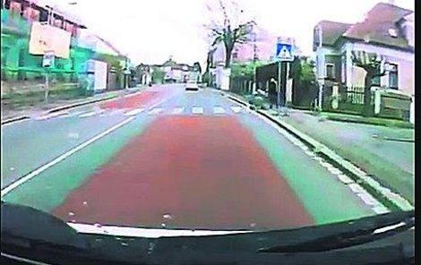 Řidič vidí ženu s kočárkem a zastavuje...