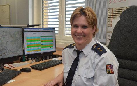 Při loňské záchraně ženy z hořícího auta sama volala na tísňovou linku, kde za normálních okolností pracuje.