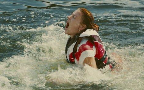 V zamořené vodě strávila mnoho hodin.