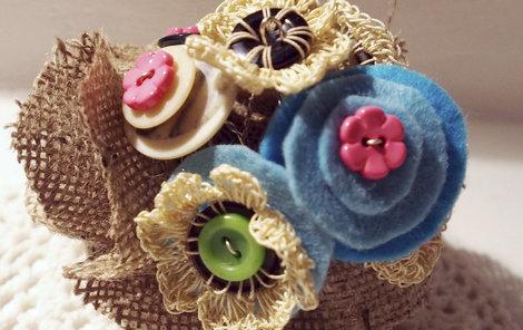 Ozdoba nebo těžítko? Pěkná kytice z knoflíků ozdobí váš stůl.