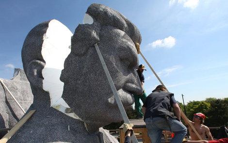 Stalinovu hlavu dělníci odřízli po částech.