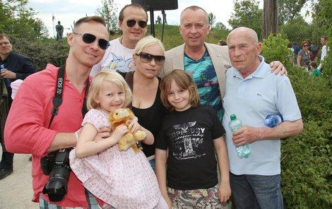 Voříšek se svými nejbližšími (zleva): partner Vladimír, neteř, sestra, švagr, synovec, moderátor a tatínek.