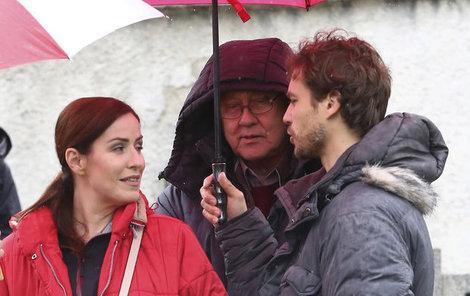 Kdo měl ruce nohy a neměl zrovna využití, držel deštníky. Výjimkou nebyl ani Filip Tomsa.