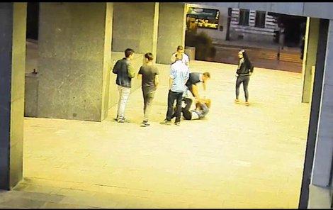 Muž mladou ženu strhl na zem...