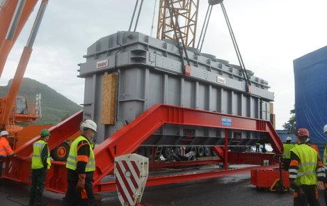 Po vyzdvižení z lodi byl transformátor pomocí jeřábu uložen do speciálního přepravního rámu.