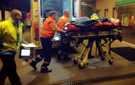 Zraněného zaměstnance odvezli po rvačce do nemocnice.