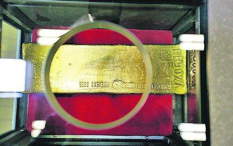 Tahle zlatá cihlička váží 12 kg a její hodnota je 11 919 002 Kč.