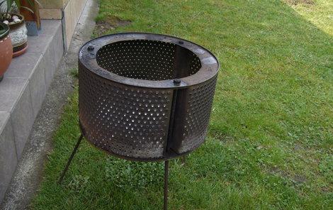 Venkovní topeniště hravě vyrobíte z bubnu od staré pračky.