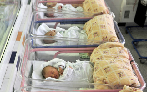 Narozená miminka lékaři v Česku nově testují na 18 nemocí!