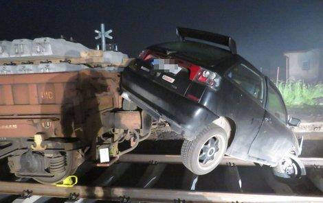 Řidič si myslel, že přejezd přeletí, ale koleje ho nepustily.