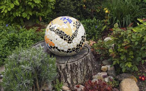 Mozaiková dekorace se hodí na zahradu.