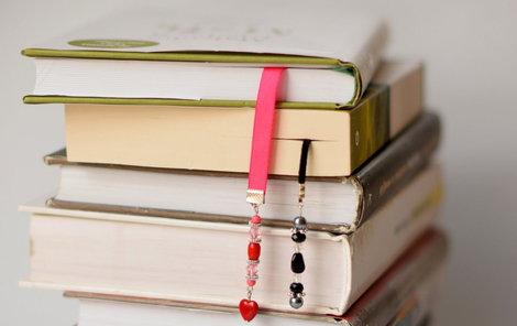 Záložky s ozdobnými korálky v knize nepřehlédnete.