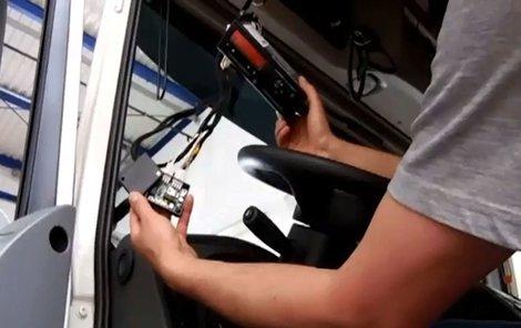 Speciálně upravený digitální tachograf.