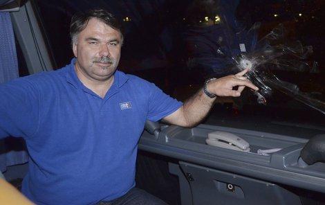Řidič Karel Dědič (49) ukazuje průstřel v čelním skle.