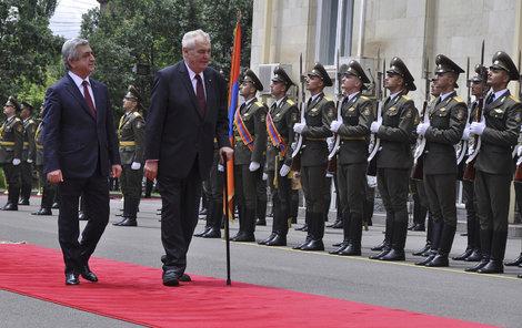 Prezident Miloš Zeman navštívil v doprovodu svého arménského protějšku Serže Sargsjana muzeum arménské genocidy v Jerevanu.