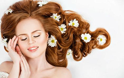 Vlasy potřebují v letních měsících speciální péči.