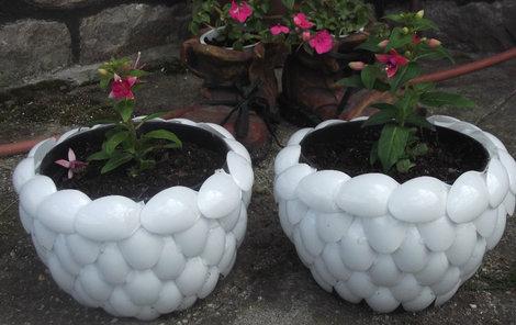 Květník je vyrobený z bílých plastových lžiček.