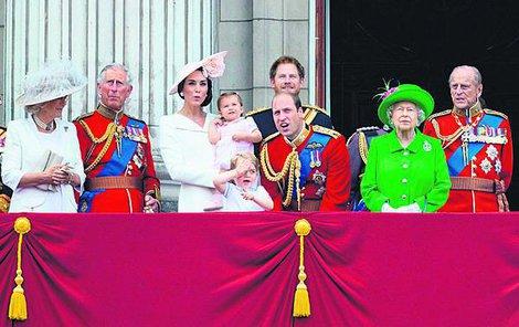 Královská rodina pohromadě. Zleva vévodkyně Camilla (68) snacha,  princ Charles (67) syn,  vévodkyně Kate (34) prasnacha,  princezna Charlotte (1) pravnučka , úrinc George (2) pravnuk, princ William (33) vnuk, princ Harry (31) vnuk  Královna Alžběta II. (90) oslavenkyně,  princ Philip (95) manžel