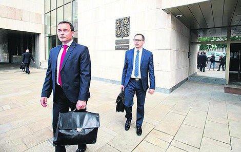 Žalobci Komár (vlevo) a Šereda odcházejí po výslechu z policejního prezidia.