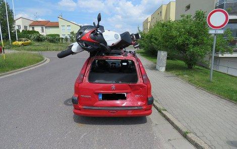 Ze střechy peugeotu si motorkář udělal přistávací plochu.