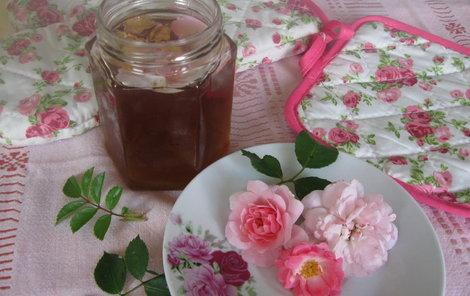 Želé z růží je chutné a krásně voní.