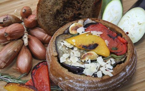 Grilovaná zelenina v chlebu.