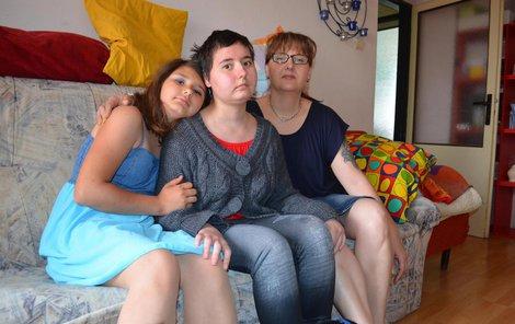 Máma Katka (vpravo), Kristýnka a její sestra Terezka (11) bojují společně.