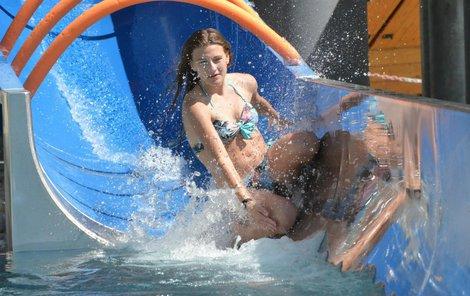 Hanáckým mistrovstvím v jízdě na tobogánu přivítali včera v olomouckém aquaparku přicházející léto.