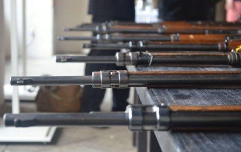 V muzeu skončilo devět pušek Mauser.