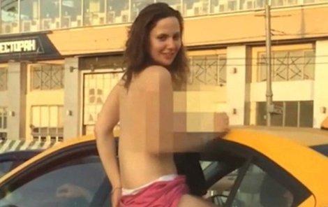 Mladí si užívají sex na veřejnosti.
