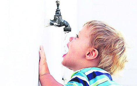 Děti by měly pít neperlivou vodu, ale ta jim nechutná.