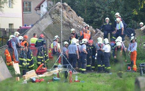 Pod troskami mostu zůstali zavaleni čtyři dělníci.