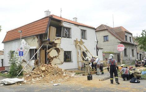 Přední část domu čeká demolice.