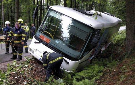 Řidič to myslel dobře. Skončil ale v příkopu.