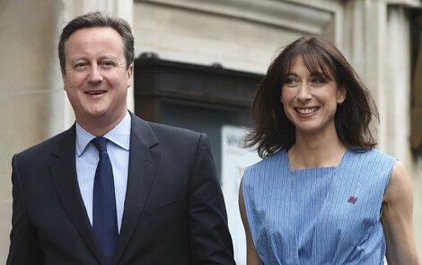 Premiér Cameron přišel ruku v ruce s manželkou.